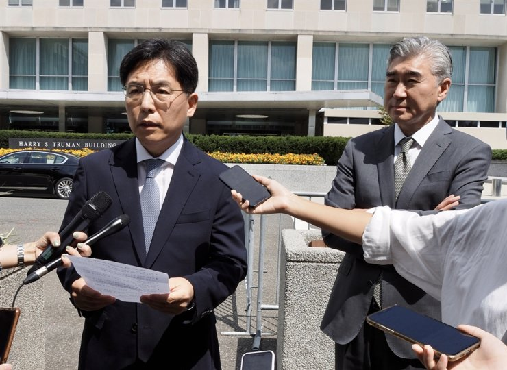 South Korean nuclear envoy Noh Kyu-duk, left, speaks in front of the U.S. Department of State building in Washington, Monday, after meeting with his U.S. counterpart Sung Kim on North Korea. Yonhap