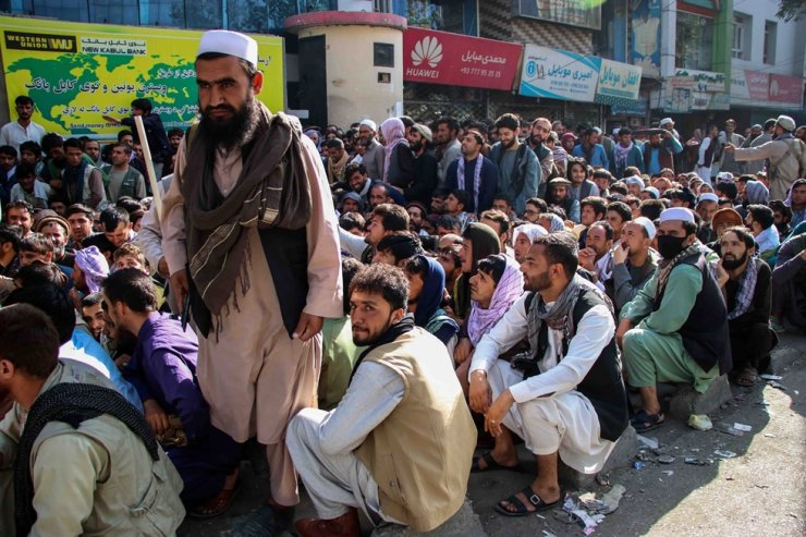People gather to withdraw money from a bank in Kabul, Sept. 12. EPA-Yonhap