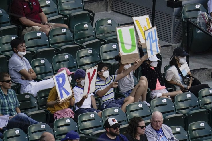Spectators hold signs honoring Toronto Blue Jays starting pitcher Ryu Hyun-jin during the second inning of the first game of a baseball doubleheader against the Baltimore Orioles in Baltimore, Sept. 11. AP-Yonhap