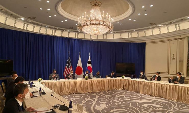 Top diplomats of South Korea, Japan and the United States hold trilateral talks on the sidelines of the U.N. General Assembly in New York, Sept. 22. Yonhap