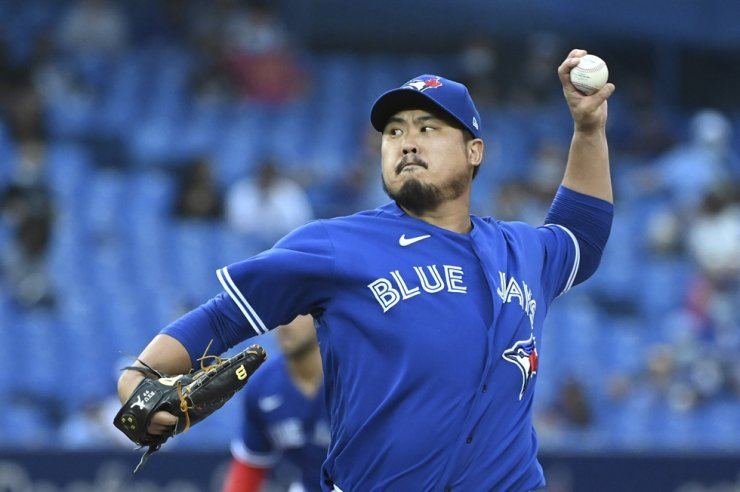 Toronto Blue Jays starting pitcher Ryu Hyun-jin throws to a Baltimore Orioles batter during the first inning of a baseball game, Aug. 31, in Toronto. AP-Yonhap