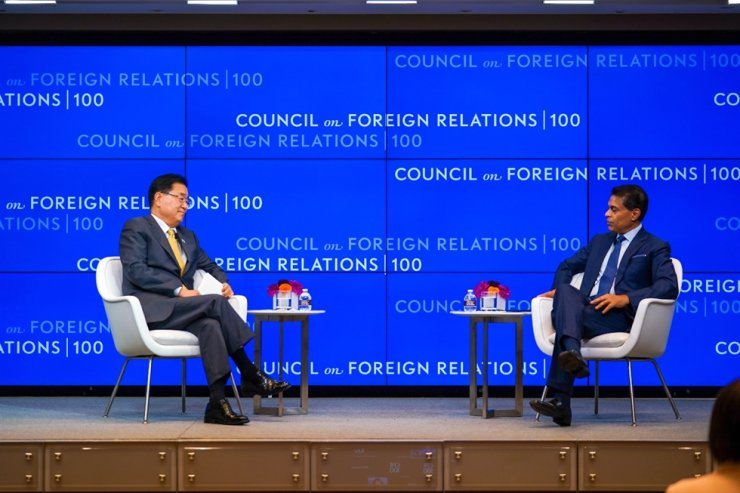 Minister of Foreign Affairs Chung Eui-yong speaks with Fareed Zakaria, host of CNN's Fareed Zakaria GPS, during an interview organized by the Council on Foreign Relations in New York, Wednesday (local time). Courtesy of Ministry of Foreign Affairs
