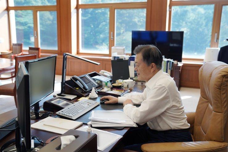 President Moon Jae-in preorders a Casper mini SUV produced by Gwangju Global Motors, a joint venture between Hyundai Motor and Gwangju Metropolitan Government, from his office, Tuesday. Courtesy of Cheong Wa Dae