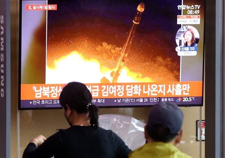 People at Seoul Station watch a TV program showing a file image of a North Korean missile launch, Tuesday. North Korea launched what is suspected to be a short range missile, just four days after it released statements dropping hints at improvements in inter-Korean relations. Yonhap