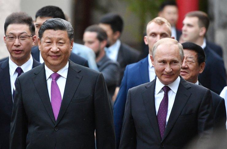 Russian President Vladimir Putin, right, and Chinese President Xi Jinping / EPA-Yonhap