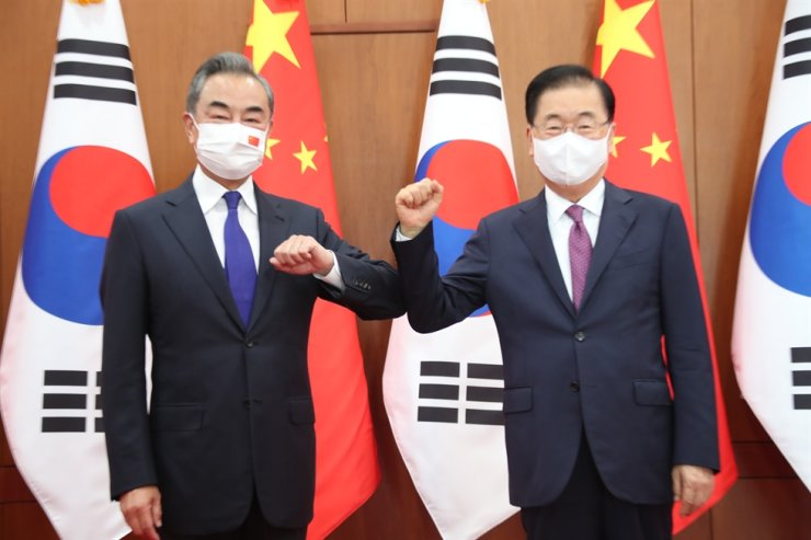 Foreign Minister Chung Eui-yong, right, and his Chinese counterpart Wang Yi pose ahead of their talks at the ministry office in Seoul, Sept. 15. Yonhap