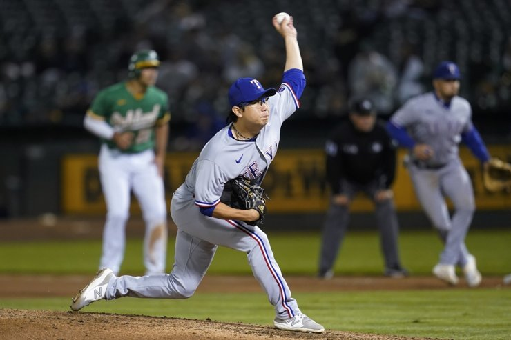 Texas Rangers' Yang Hyeon-Jong pitches against the Oakland Athletics during the fourth inning of a baseball game in Oakland, Calif., Sept. 10. AP-Yonhap