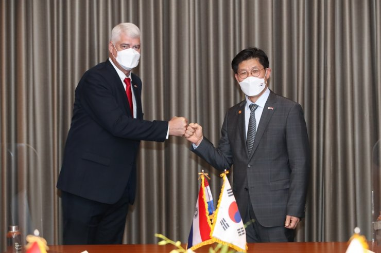 Minister of Land, Infrastructure and Transport Noh Hyeong-ouk, right, does a fist bump with his Paraguayan counterpart Arnoldo Wiens Durksen, after signing a memorandum of understanding (MOU) at the Conrad Seoul, Yeouido, Thursday. Courtesy of Ministry of Land, Infrastructure and Transport