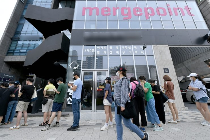 Victims of Mergepoint's Ponzi scheme wait in front of the pre-paid service's headquarters in Yeongdeungpo-gu, western Seoul, on Aug. 13. Korea Time file
