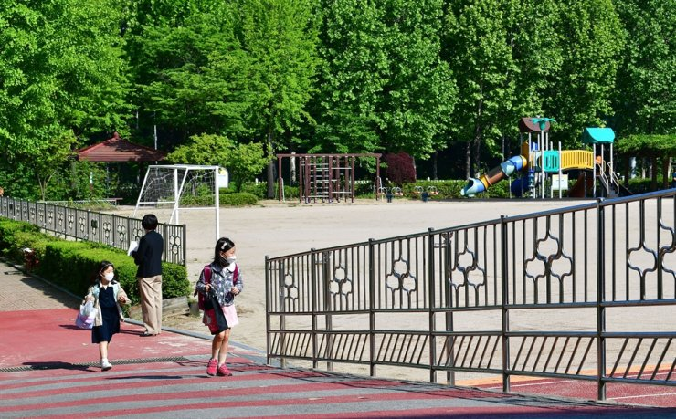 An elementary school playground in Songpa-gu, Seoul is seen in this May 27, 2020, file photo. Korea Times file