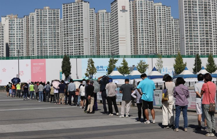 South Korea's daily coronavirus cases exceeded 2,000 for two consecutive days Friday. Yonhap