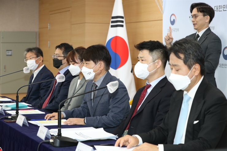Ministry of Justice's legal affairs bureau chief Lee Sang-gab, fourth from left, speaks during a press conference on the progress of investor-state dispute settlements at the Government Complex Seoul, Tuesday. Yonhap