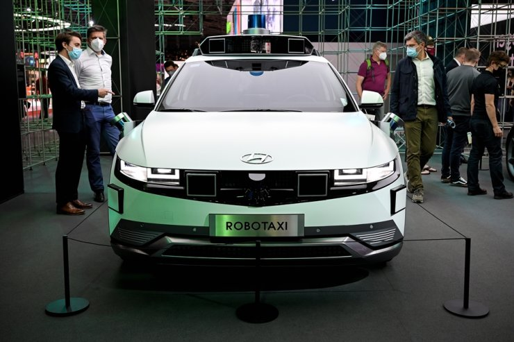 Visitors watch the Hyundai IONIQ 5 Robotaxi on display at the first press preview day of the International Motor Show IAA in Munich, Germany, Sept. 7. EPA=Yonhap