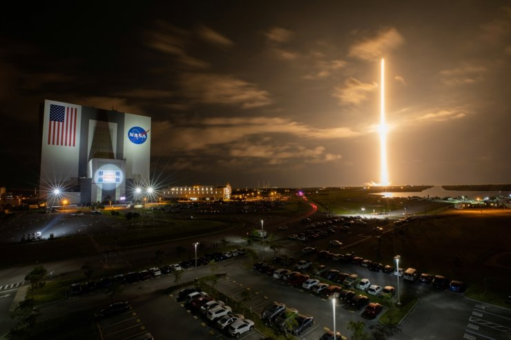 With a view of the iconic Vehicle Assembly Building at left, a SpaceX Falcon 9 rocket soars upward from Launch Complex 39A carrying the company's Crew Dragon Endeavour capsule and four Crew-2 astronauts toward the International Space Station at NASA's Kennedy Space Center in Cape Canaveral, Fla., April 23. Reuters-Yonhap