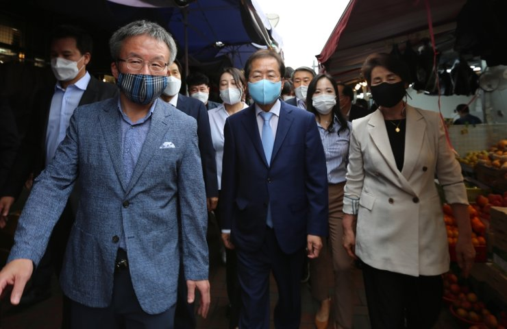 Hong Joon-pyo, center, a presidential contender from the main opposition People Power Party, visits the Seomun Market in Daegu, Friday. Yonhap