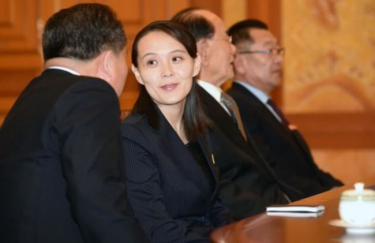 Kim Yo-jong, second from left, talks with a North Korean official during her visit to Cheong Wa Dae in February 2018. Korea Times file
