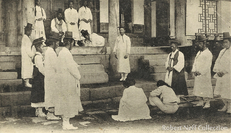 Prisoners wait to be tried in Jemulpo (modern Incheon) circa 1902. / Robert Neff Collection