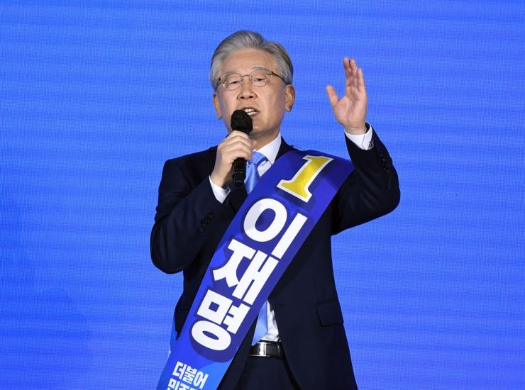 Gyeonggi Province Governor Lee Jae-myung, a presidential contender of the ruling Democratic Party of Korea, speaks during the party's regional primary event held at Songdo Convensia in Incheon, Sunday. The governor won the Incheon regional primary by a landslide. Joint Press Corps