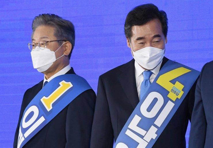 Former Prime Minister Lee Nak-yon, right, and Gyeonggi Gov. Lee Jae-myung / Yonhap