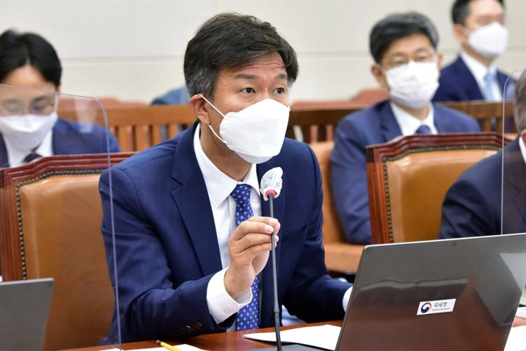 National Tax Service (NTS) Commissioner Kim Dae-ji speaks during a parliamentary audit of the tax agency at the National Assembly on Yeouido, Seoul, Friday. Yonhap