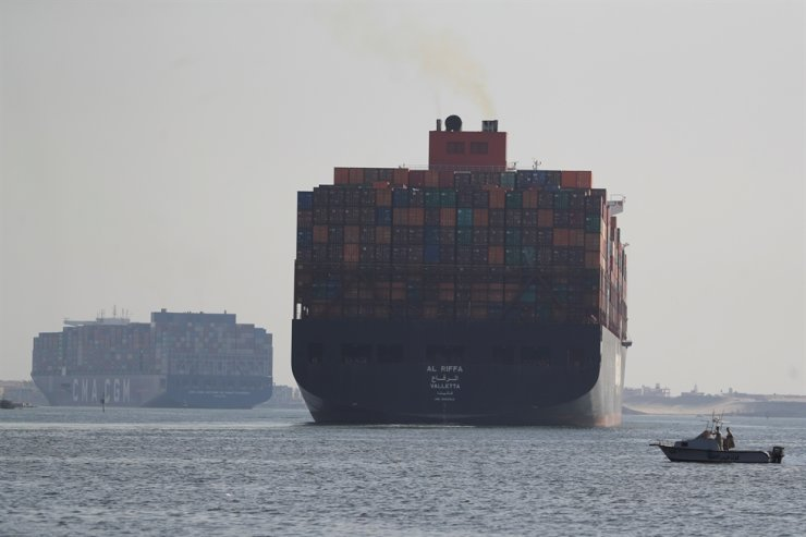 Shipping containers pass through the Suez Canal in Ismailia, Egypt, Oct. 5. Reuters-Yonhap