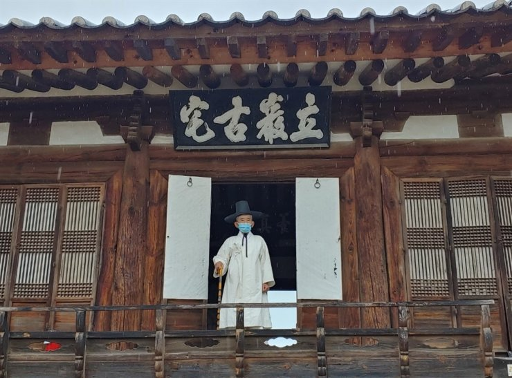 A resident of Hahoe Village in Andong, North Gyeongsang Province, stands in hanbok, traditional Korean clothing, at an old house of the village. Korea Times photo by Jung Da-min