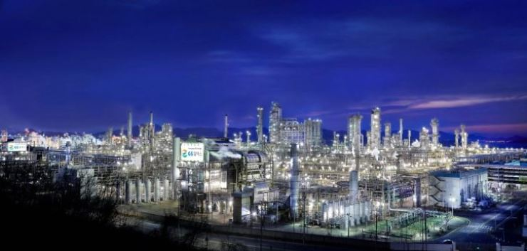 A night view of a GS Caltex oil refinery facility in Yeosu, South Jeolla Province / Korea Times file