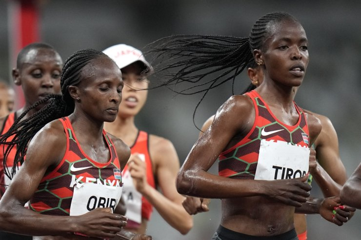 In this Aug. 2 file photo, Kenya's Hellen Obiri, center, and Agnes Tirop, right, compete in the women's 5,000-meters final at the 2020 Summer Olympics in Tokyo. Kenyan runner Agnes Tirop, a two-time world championships bronze medalist, has been found dead at her home in Iten, western Kenya, Oct. 13. AP-Yonhap