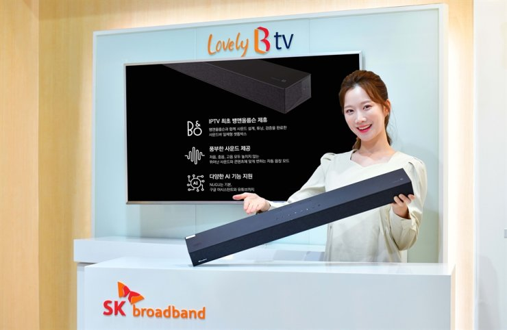 A model promotes SK Broadband's set-top box, launched in collaboration with Danish high-end audio product maker Bang & Olufsen, in this photo provided by the Korean company. Courtesy of SK Broadband
