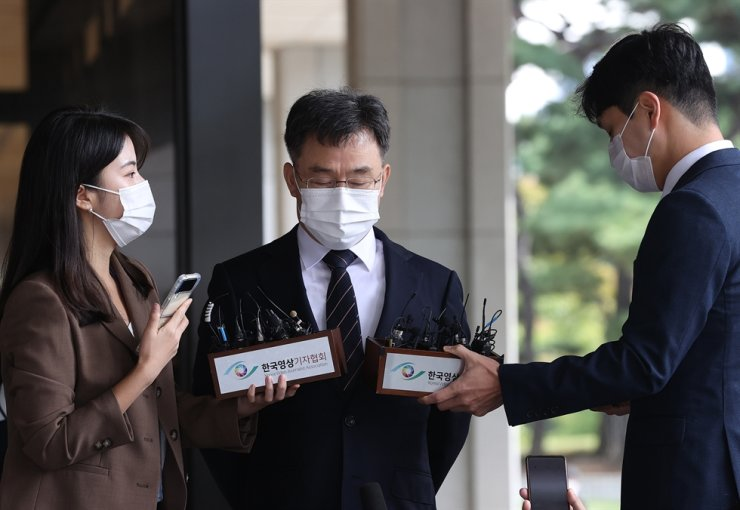 Kim Man-bae, owner of Hwacheon Daeyu, an asset management firm, speaks to reporters after arriving at the Seoul Central District Prosecutors' Office for questioning, Oct. 11. Yonhap