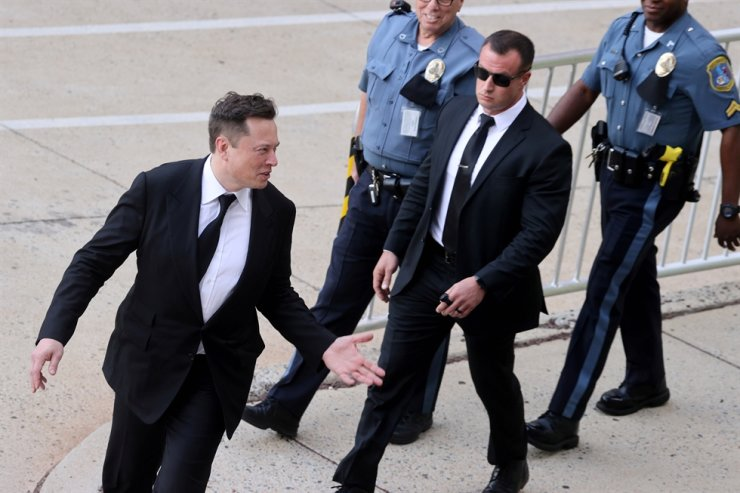 Tesla CEO Elon Musk reacts to onlookers as he departs after taking the stand to defend Tesla Inc's 2016 deal for SolarCity in a case before the Delaware Court of Chancery in Wilmington, Delaware, U.S., on July 21. Reuters-Yonhap
