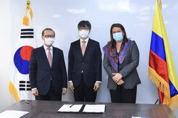 From left, Korean Ambassador to Colombia Choo Jong-yeon,  Korea International Cooperation Agency (KOICA) Colombia country director Kim Hyun-geun and Colombian Minister of Commerce, Industry and Tourism Maria Ximena Lombana Villalba pose during a signing ceremony for a record of discussion to help the Latin American country establish a foundation for its shipbuilding industry in Bogota, Colombia, Wednesday (local time). Courtesy of KOICA
