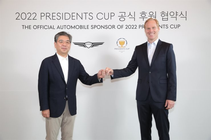 Jay Chang, left, global head of Genesis brand, poses with Christian Hardy, PGA Tour's senior vice president, after agreeing to become an official sponsor of the Presidents Cup golf event at the Jack Nicklaus Golf Club Korea in Songdo, Oct 10. Courtesy of Hyundai Motor Group