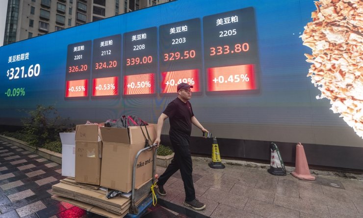 A man walks in front of the screen showing newest stock exchange and economic data in Shanghai, Oct. 7. EPA-Yonhap