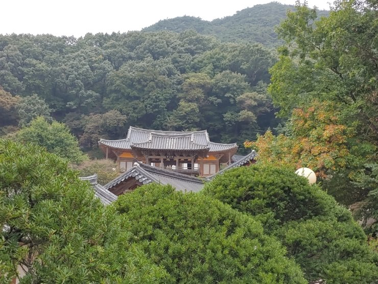 The roof of Buseok Temple's main prayer hall, Muryangsujeon, and that of two-story pavilion Anyangru overlap, so it looks like it is a single roof with an extension. Korea Times photo by Jung Da-min