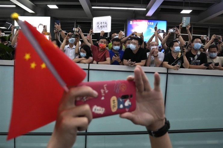 Supporters of Huawei CFO Meng Wanzhou gather at Shenzhen Bao'an International Airport in Shenzhen in southern China's Guangdong Province, Sept. 25. AP-Yonhap