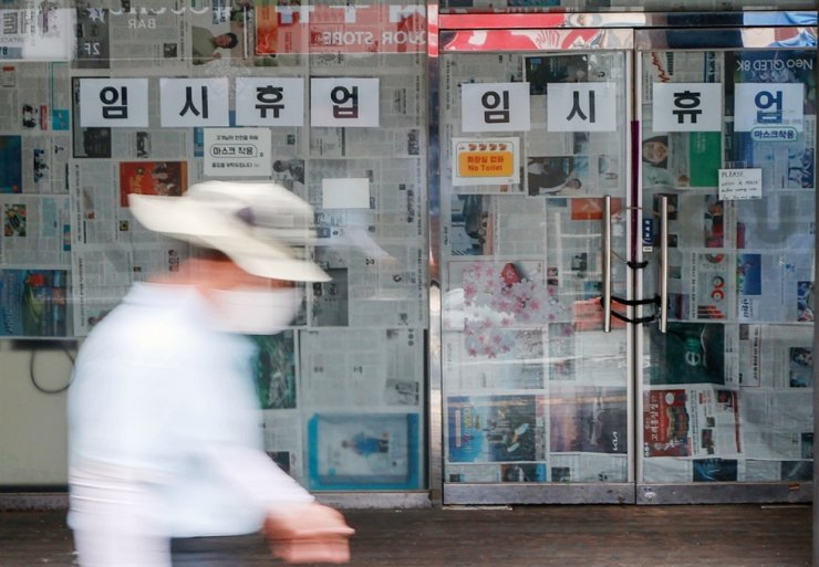 This Sept. 6 file photo shows a sign announcing a temporary closure over COVID-19 at a convenience store in Seoul's nightlife district of Itaewon. Yonhap