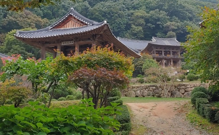 The two-story pavilion on the right is Anyangru at Buseok Temple in Yeongju, North Gyeongsang Province. Visitors can see the five statues of Buddha below the roof of Anyangru, but upon closer view, they will notice that these are not actual statues, but that the wooden structures of the roof and empty spaces between them form the shape of five statues. Korea Times photo by Jung Da-min