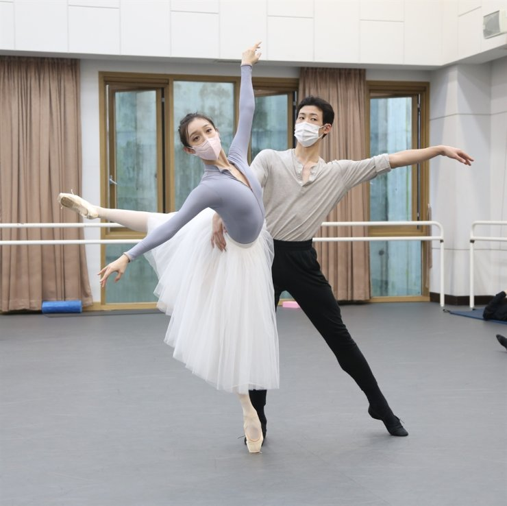Members of the Korean National Ballet rehearse 'Jewels' choreographed by George Balanchine in this undated photo. Courtesy of Korean National Ballet
