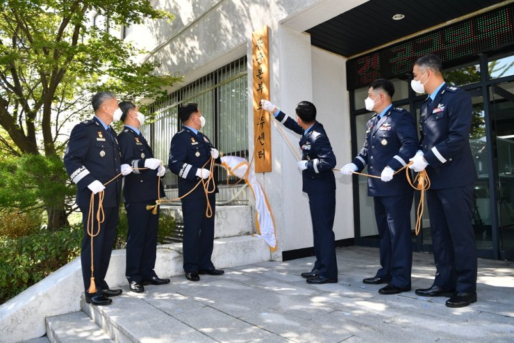 Air Force Chief of Staff Gen. Park In-ho, third from left, and other dignitaries unveil the signboard of the Republic of Korea Air Force Headquarters Space Center in Gyeryongdae, South Chungcheong Province, Sept. 30. Courtesy of the Air Force