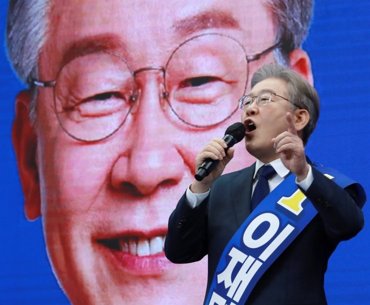 Gyeonggi Governor Lee Jae-myung gives a speech during the Democratic Party of Korea's presidential primary event in Busan, Oct. 2. Yonhap