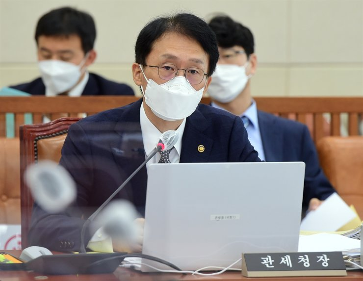 Korea Customs Service Commissioner Lim Jae-hyeon speaks during a parliamentary audit of Korea Customs Service at the National Assembly, Tuesday. Yonhap