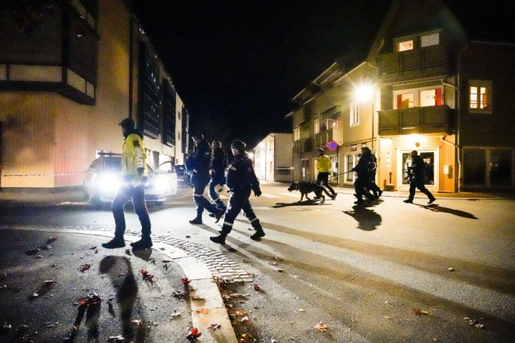Police at the scene after an attack in Kongsberg, Norway, Oct. 13. Several people have been killed and others injured by a man armed with a bow and arrow in a town west of the Norwegian capital, Oslo. AP-Yonhap