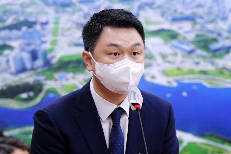 Jang Kee-hwan, CEO of Coupang Eats, speaks during an audit organized by the National Assembly's Land, Infrastructure and Transport Committee on Friday.  Yonhap