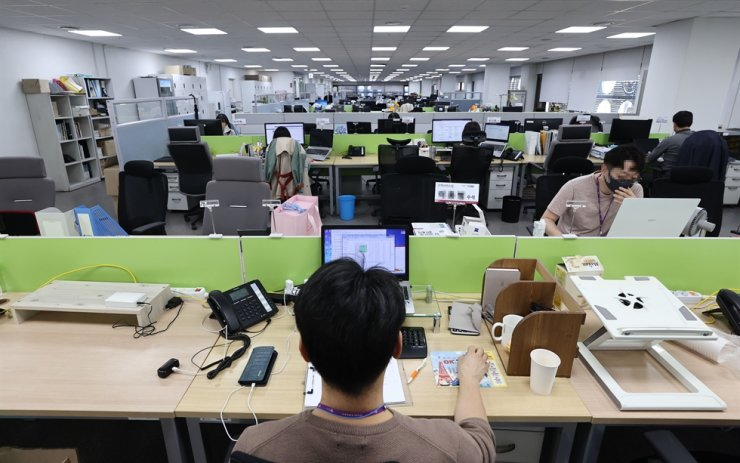 Employees at a travel agency in Seoul return to work, Oct. 13, as COVID-19 confirmed cases showed signs of a slowdown. Yonhap