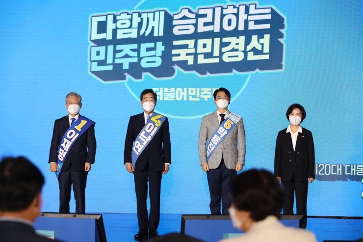 Democratic Party (DP)'s presidential contenders, from left, Gyeonggi Gov. Lee Jae-myung, ex-DP leader Lee Nak-yon, Rep. Park Yong-jin and ex-Justice Minister Choo Mi-ae, pose for a photo at a party primary event on Jeju Island, Oct. 1. Yonhap