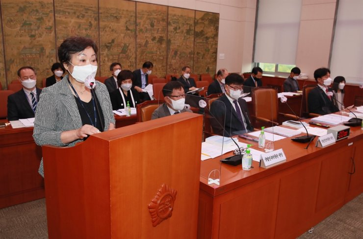 Suh Hye-ran, chief executive of the National Library of Korea, speaks during a government audit held at the National Assembly in Seoul, Thursday. Joint Press Corps