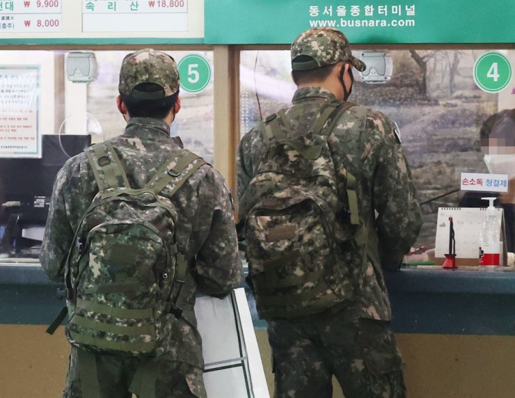 Soldiers buy bus tickets at Dong Seoul Bus Terminal, Monday. Yonhap