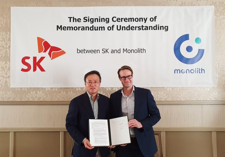 SK Inc. CEO Jang Dong-hyun, left, poses with Monolith CEO Rob Hanson after signing an agreement to set up a joint venture to produce clean hydrogen in this photo provided by the Korean company, Wednesday. With the agreement, Monolith will provide the technology and training to produce hydrogen and carbon black products in Korea, while SK Inc. will oversee the production, sale and distribution of these products. Courtesy of SK Inc.