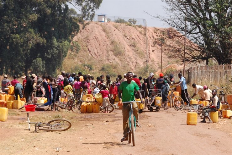 People fetch water outside a copper and cobalt mine run by Sicomines in Kolwezi, Democratic Republic of Congo, May 30, 2015. Reuters-Yonhap